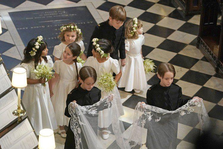 梅根婚禮上沒有伴娘,但有眾多可愛的花童陪伴。圖/美聯社