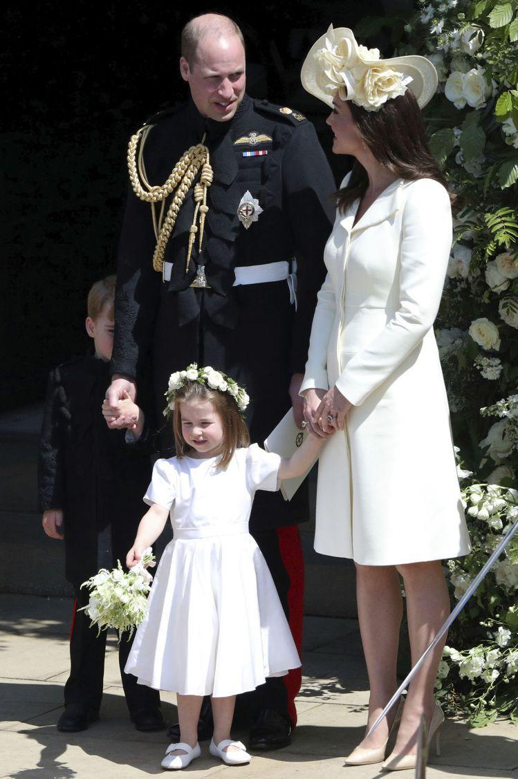 凱特王妃牽著小公主夏綠蒂,公主身穿Clare Waight Keller設計的花...