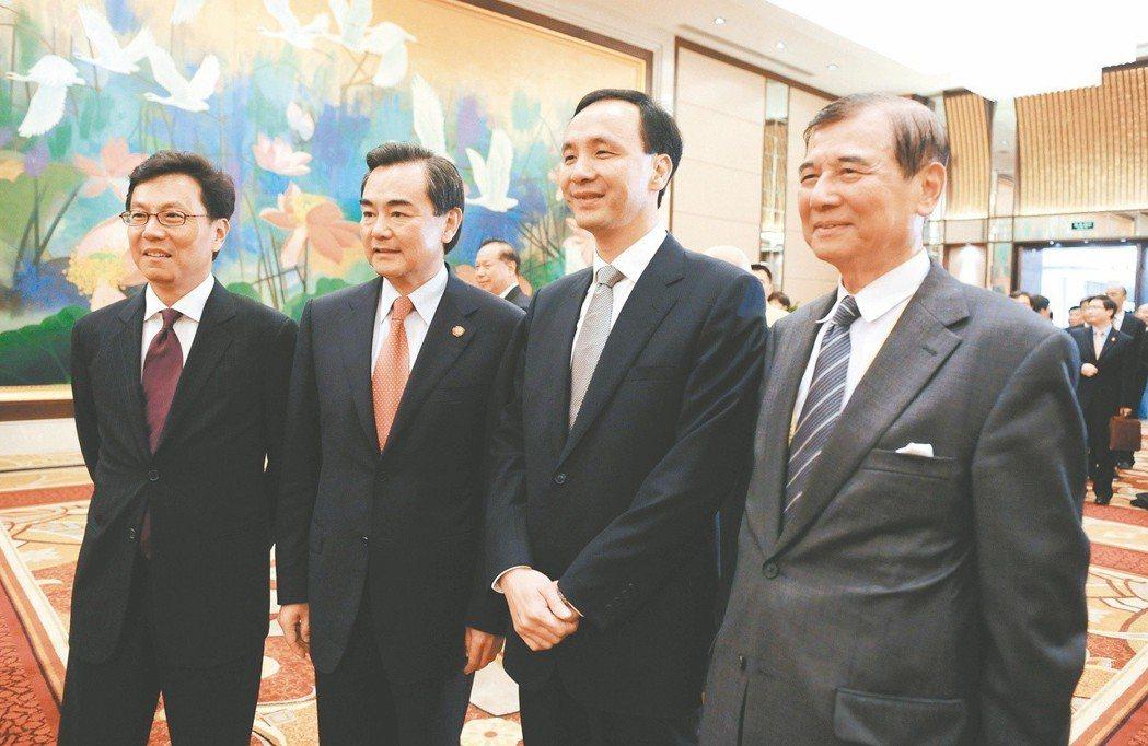 大陸國台辦主任王毅(左二)2009年在海峽論壇歡迎酒會上,與國民黨副主席朱立倫(...