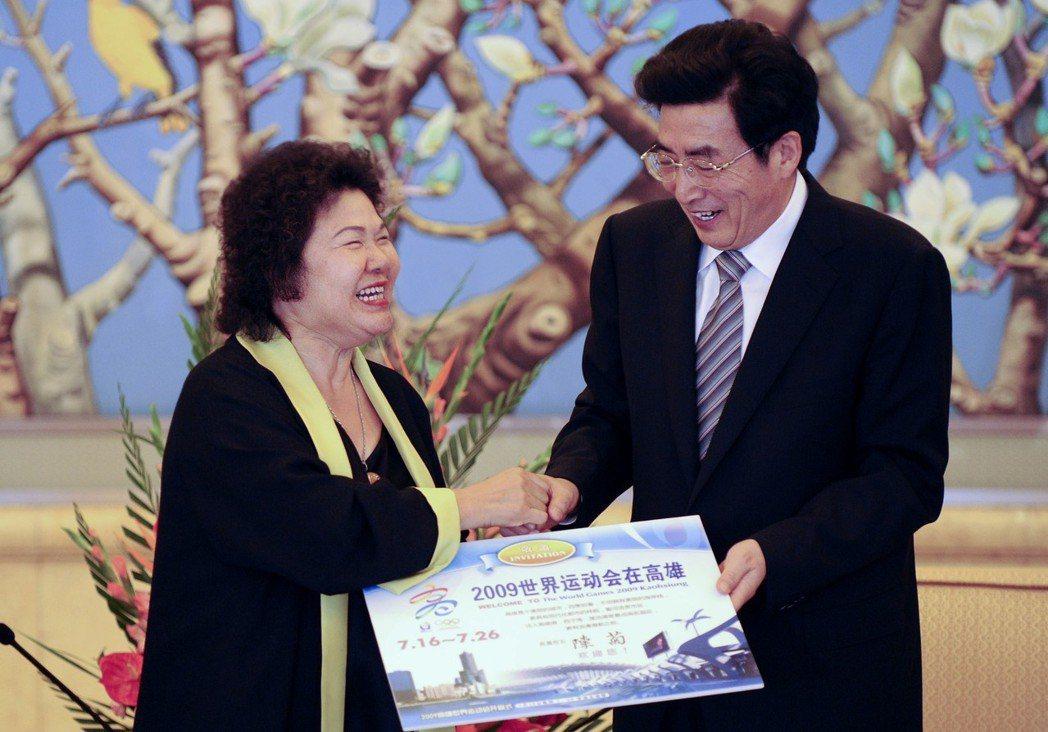 2009年陳菊(左)與北京市長郭金龍(右)在北京飯店會面,行銷高雄世運會。 (中...
