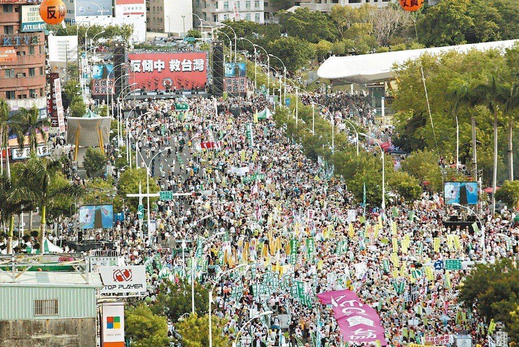 2009年民進黨在高雄舉辦五一七大遊行,首次封閉中央公園前的中山路。 圖/聯合報...