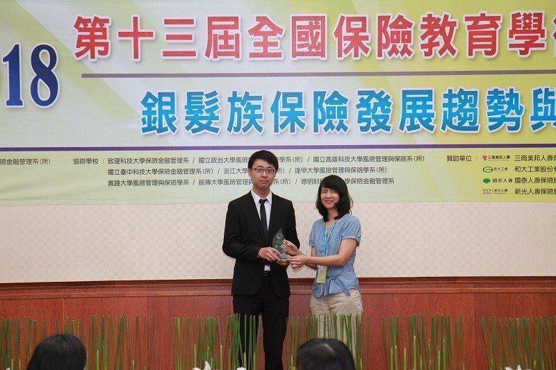 論文競賽首獎得主為朝陽科大保險金融管理系碩士班學生涂長逸(左)。 朝陽科大/提供