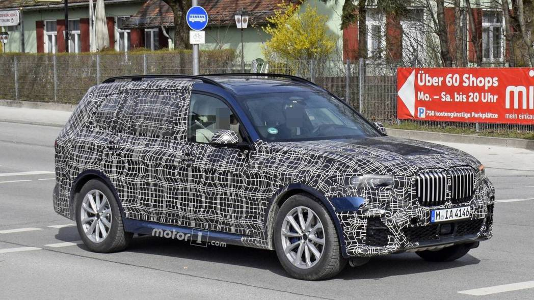 圖為全新BMW X7偽裝測試車。 摘自Motor 1