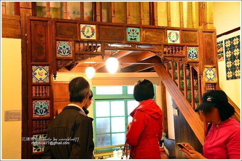 ↑用花磚來裝飾紅眼床,這樣的床頭全台剩三座,花磚博物收藏了兩座,這座歷史已近百年...