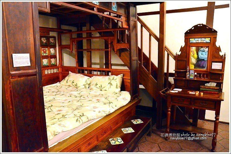 ↑二樓的這頂紅眼床還保持得很好,也有近百年歷史,床眉上也裝飾著花磚,而牆面的花磚...