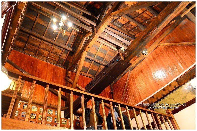 ↑二樓的小閣樓也可上去參觀,可以就近欣賞日式老屋的屋頂工藝。館長說還吊燈也是古董...