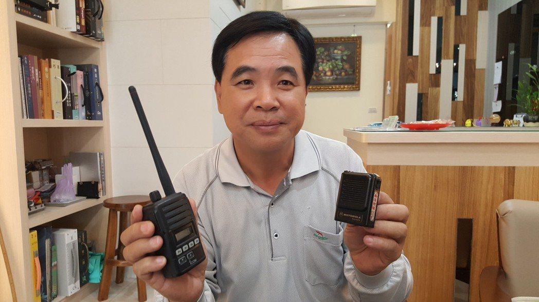 義消使用的小型無線電接收器及類比式無線電,現在都派不上用場了。記者胡蓬生/攝影