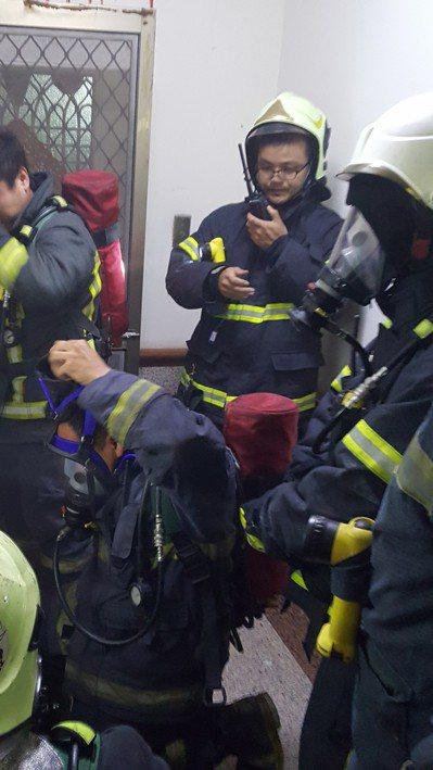 苗栗縣消防局救災救護無線電通訊系統去年全面切換數位頻道,出現義消與消防人員無法通...