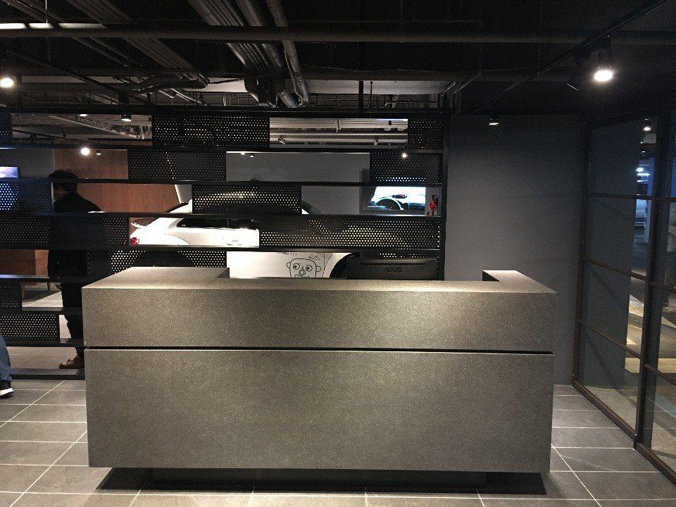房客專屬大人版福斯汽車交車中心櫃台。(攝影/Yilin)