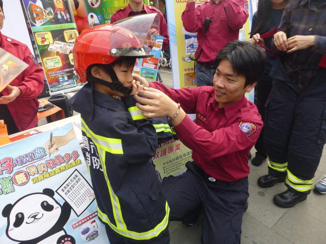 影/不捨!消防員癌逝前仍夢中救火 家計陷困全隊伸援