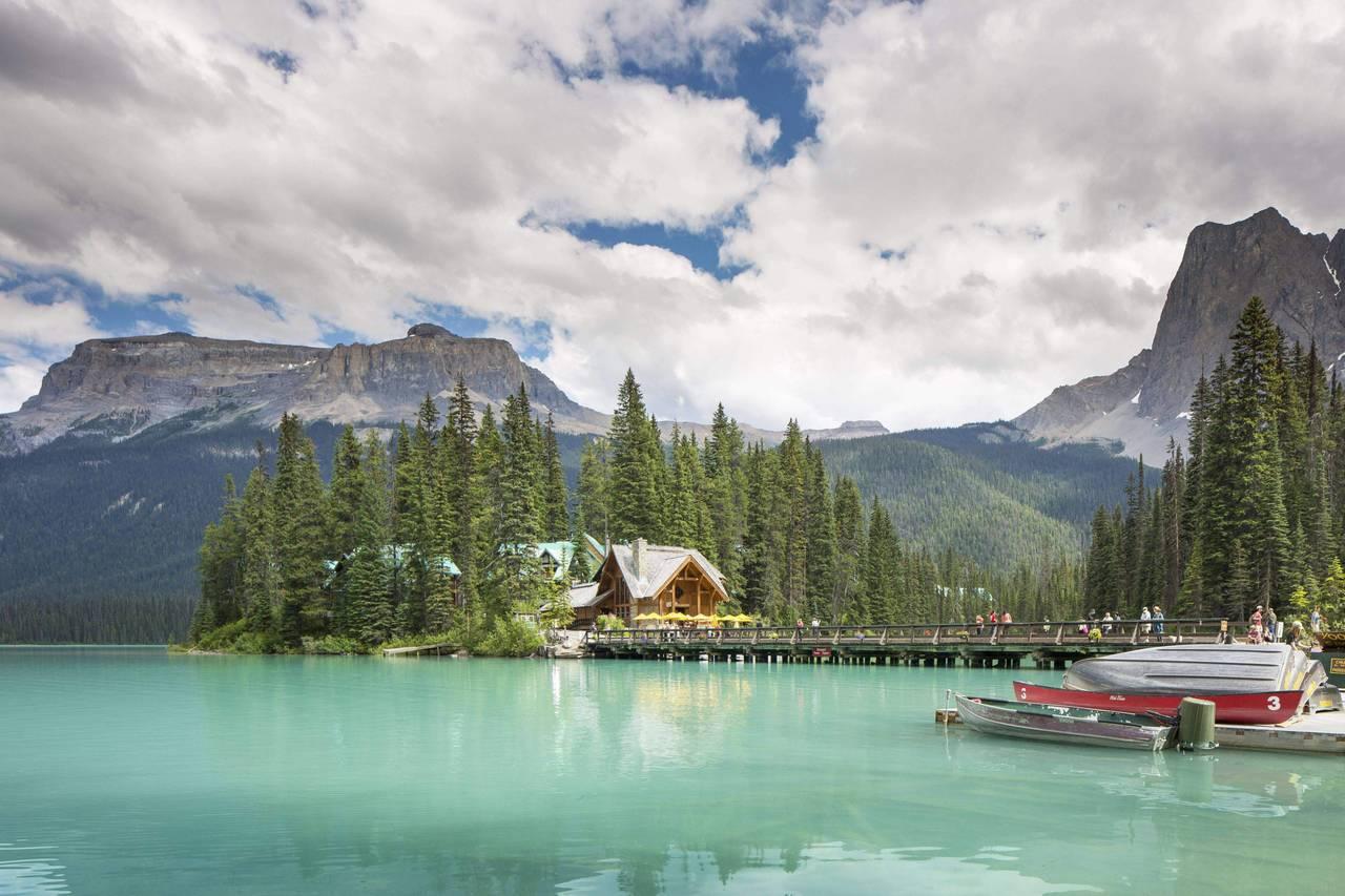 造訪「加拿大翡翠湖」絕對能滿足旅客在自然仙境中醒來的夢想。圖/Booking.c...