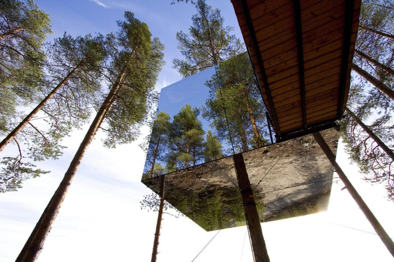 位在瑞典哈拉斯森林的「樹屋飯店」,隱密在森林中不受他人打擾,住宿外觀採用前衛的建...