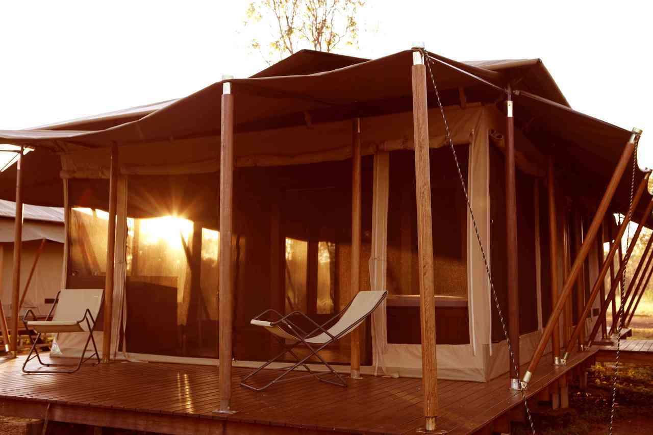 位於澳洲瑪莉河濕地的「野德漫原生態度假村」,小木屋提供舒適空調與床舖,營地內還有...