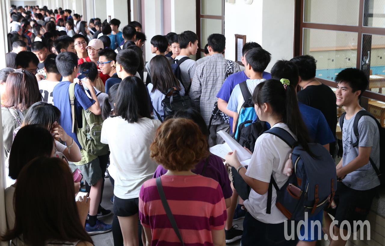23萬多人報考的國中會考今天登場,一早考生在家長陪同下,進入考場準備應試,第一堂...