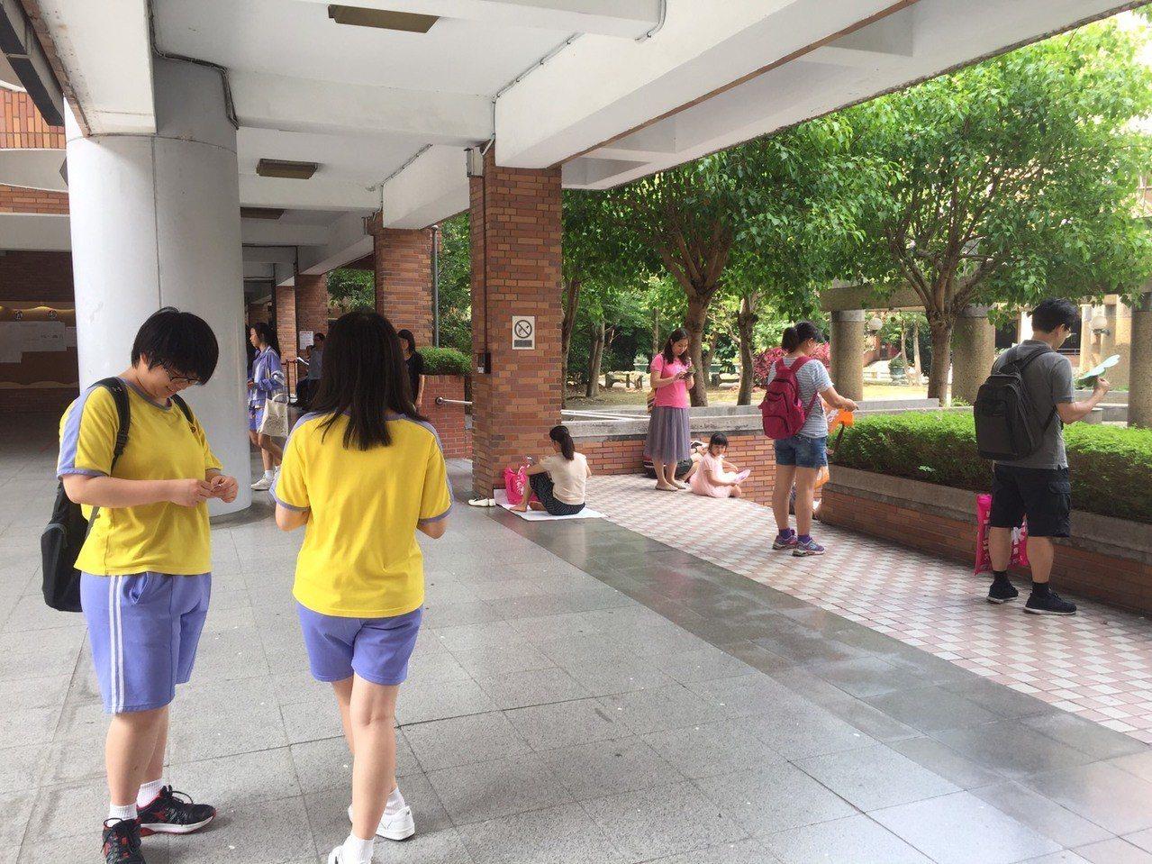 家長都在場外耐心等候。記者張曼蘋/攝影