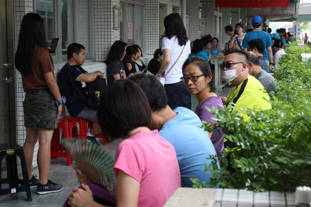 107年國中教育會考今天登場,內湖高中考區擠滿陪考家長。記者吳姿賢/攝影