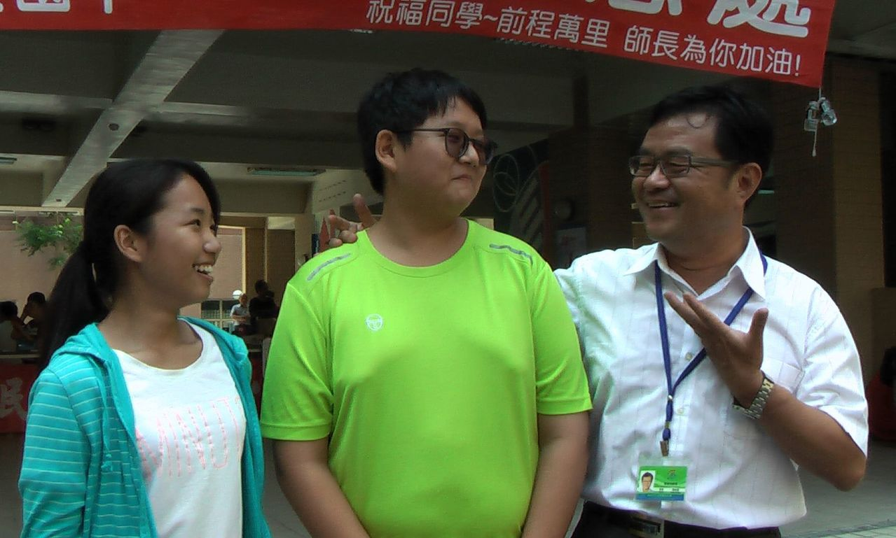 民族國中考生梁育珊(左)、蔡謹鴻(中)認為社會科考題具鑑別度。記者徐如宜/攝影
