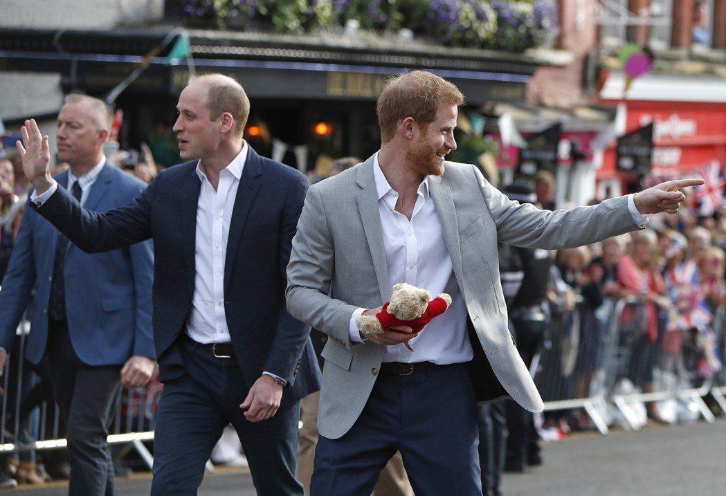 哈利王子(右)18日在哥哥威廉王子(左)陪伴下,到溫莎堡鎮大街上會見前來祝賀他結...
