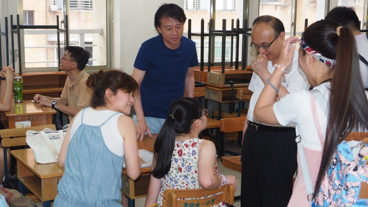 台北市教育局長曾燦金今天上午7點多前往松山工農探望特殊生考試。圖/台北市教育局提...