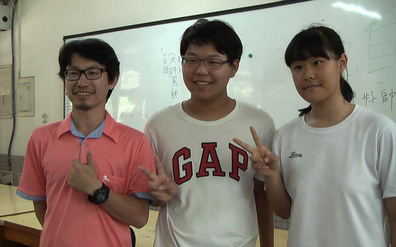 鼎金國中考生施芳琳(右)與黃弘宗(中),覺得會考數學科比平常模擬考簡單,難易度適...