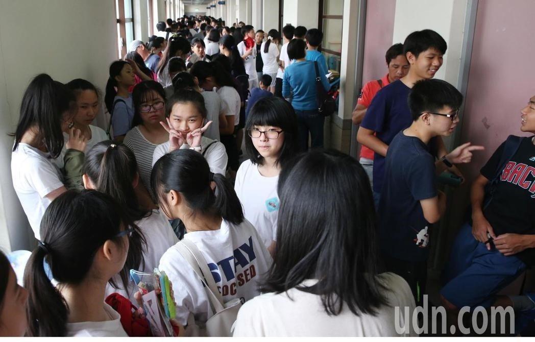 國中會考第二節結束,違規件數降4成。記者林俊良/攝影