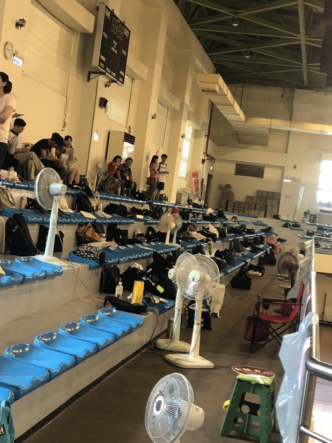 竹北高中的休息區大禮堂沒冷氣,用電扇吹都是熱風。圖/家長提供