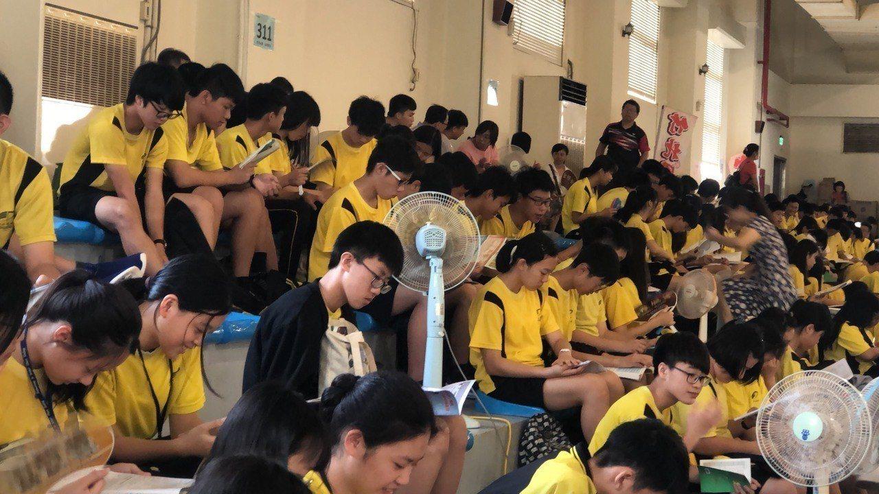 有家長不滿竹北高中的休息區大禮堂沒冷氣,相當炎熱。圖/家長提供