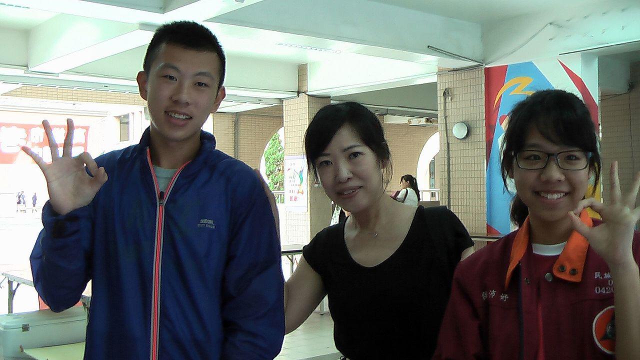 高雄市民族國中考生江峻耀(左)與侯沛妤(右),都提到自己這個世代的科技化,雖然帶...
