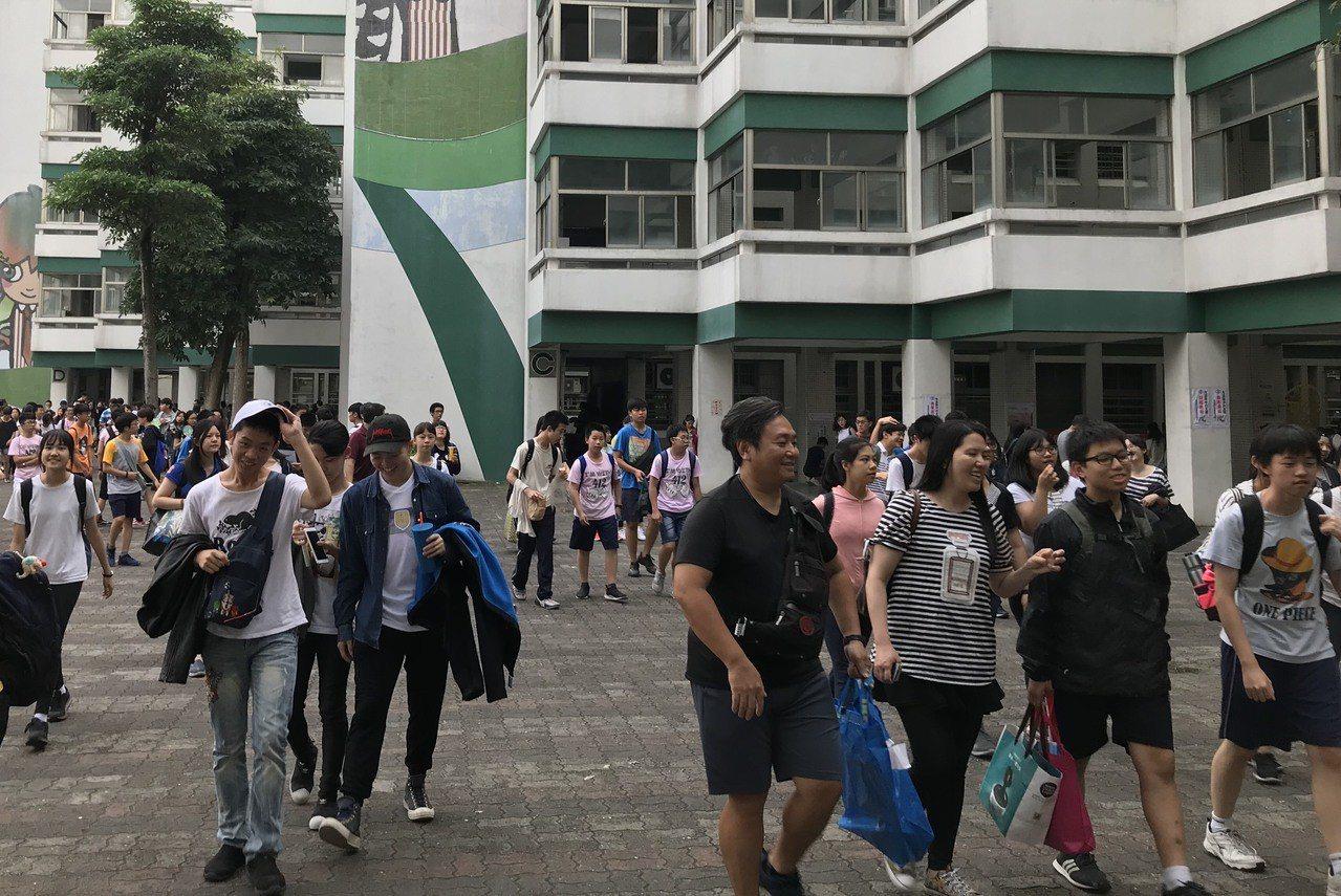 國中會考第一天,內湖高中考區學生考完作文後,呼朋引伴走出校門。記者吳姿賢/攝影