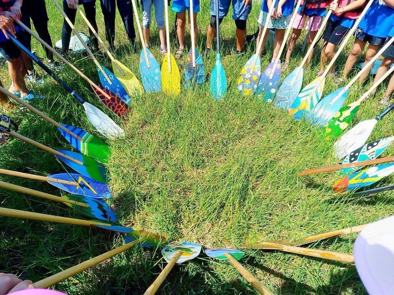 台東市新生國小六年級美術班學生合力自製3艘蒙皮印地安舟,學生們開心前往台東活水湖...