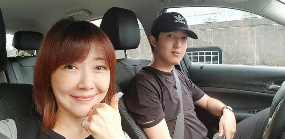 余皓然由大兒子開車載往考場。圖/摘自臉書