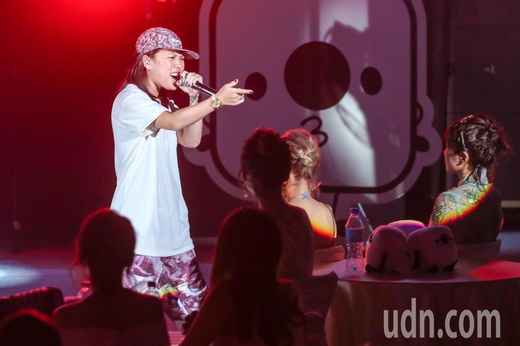 MISS KO葛仲珊在頒獎典禮上演唱。記者鄭清元/攝影