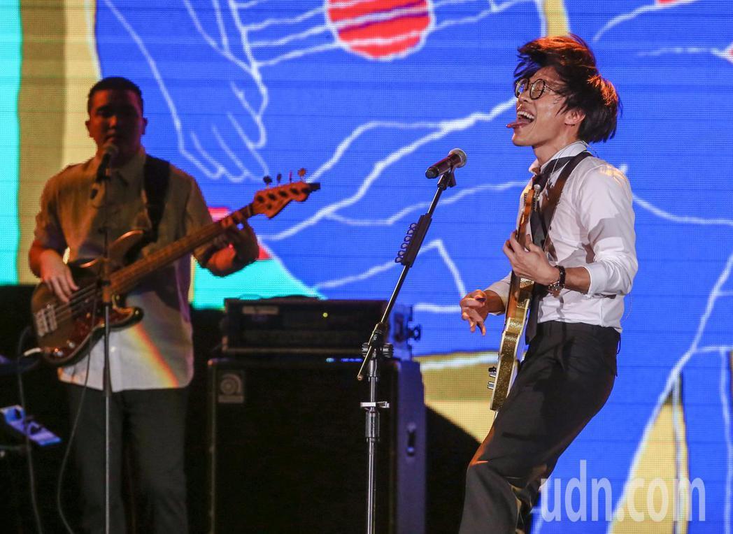 盧廣仲在頒獎典禮上演唱。記者鄭清元/攝影
