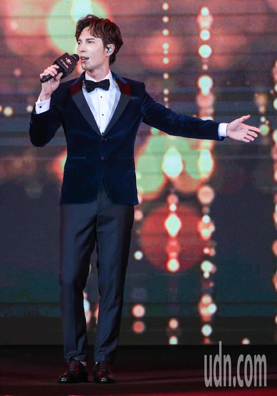 陳勢安在頒獎典禮上演唱。記者鄭清元/攝影