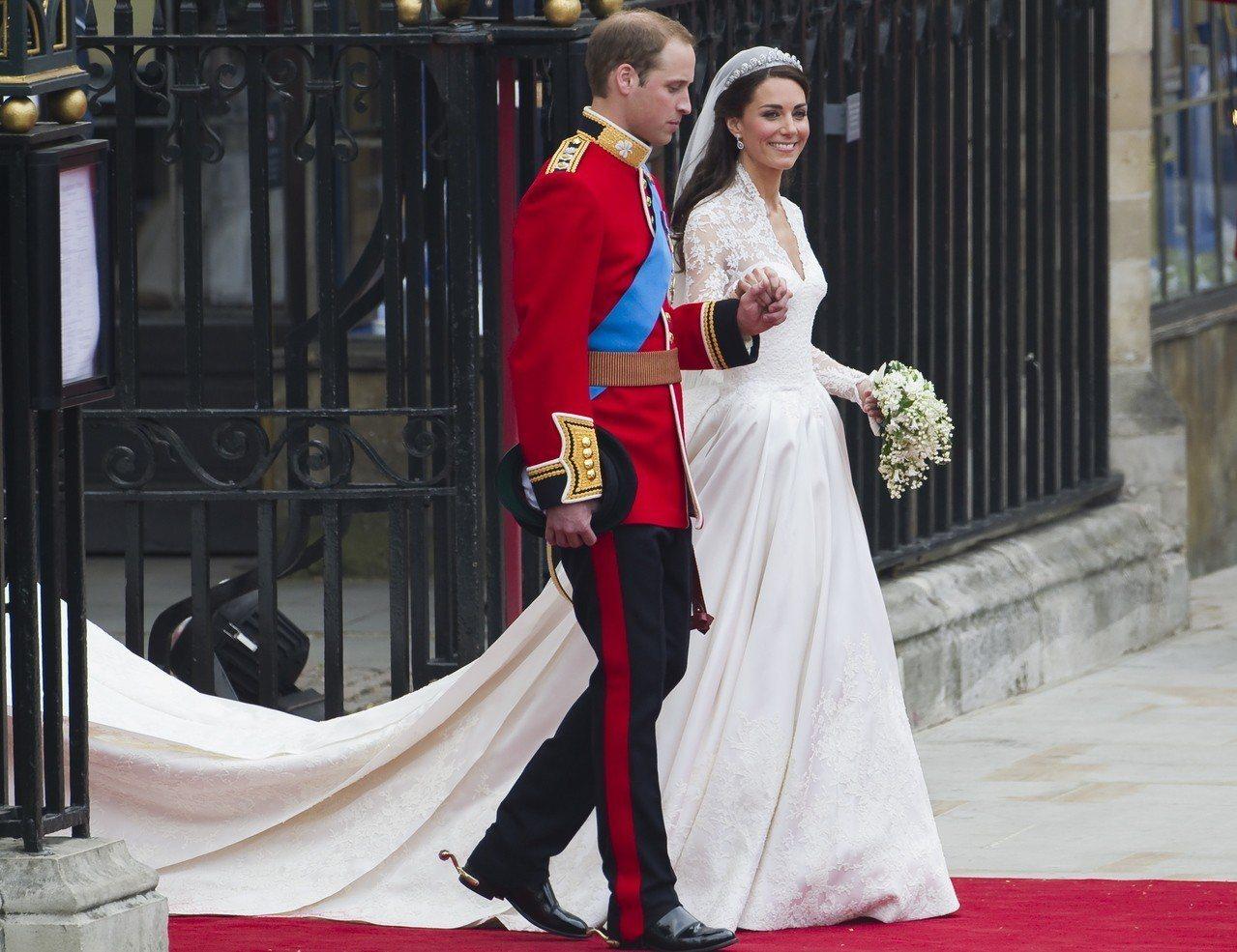 凱特王妃在2011年時穿著Alexander McQueen婚紗。(歐新社)