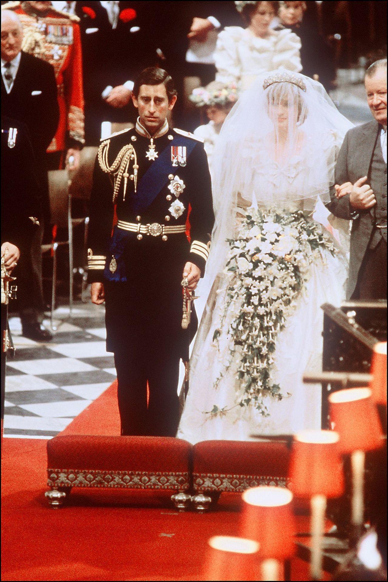 黛安娜王妃在世紀婚禮穿上曳地長紗達約760公分的夢幻婚紗。(法新社)