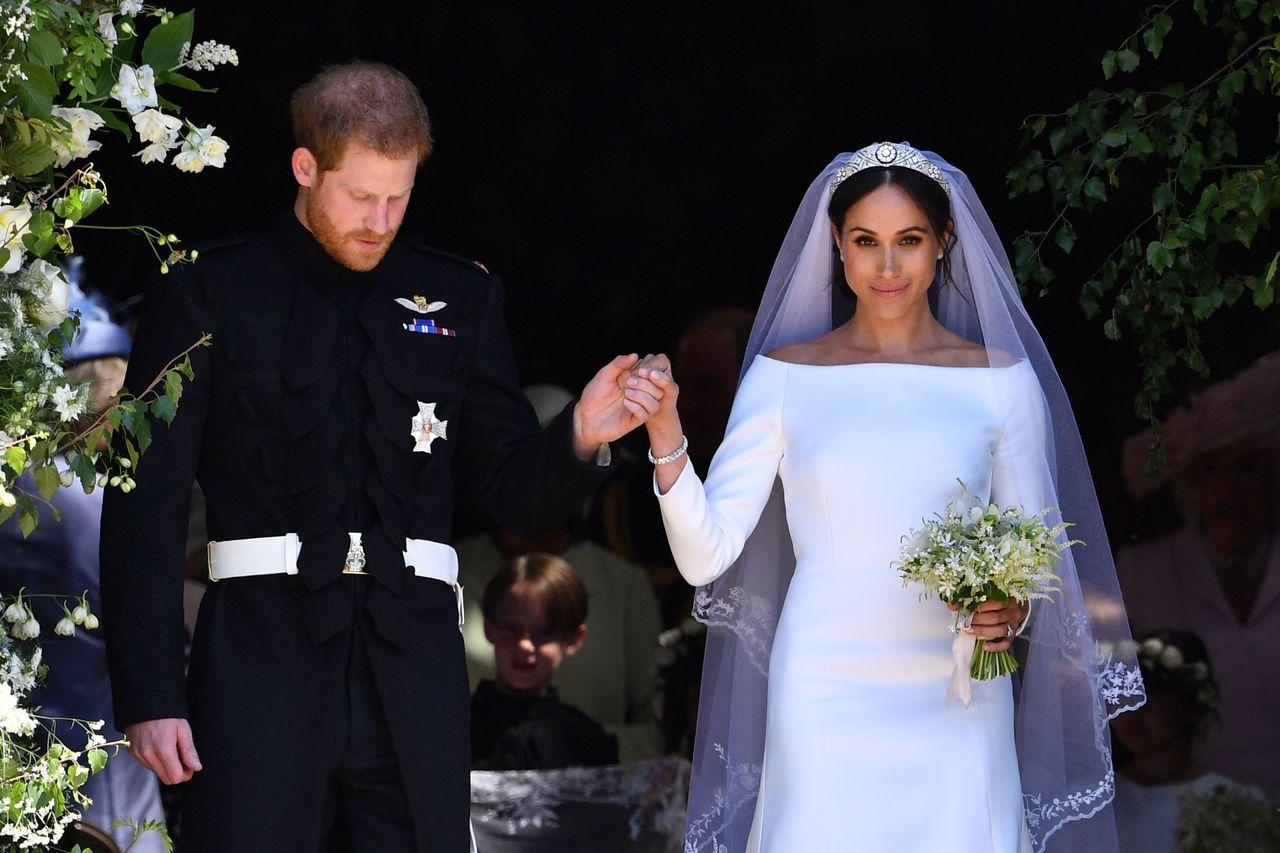 梅根馬可穿紀凡希創意總監克萊兒.韋特.凱勒打造的平肩剪裁婚紗。(法新社)