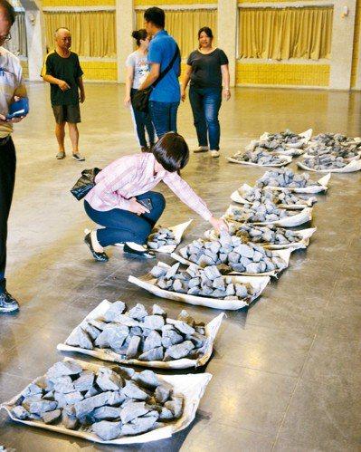 公路總局昨天在屏東縣政府大禮堂發送900份南迴草埔隧道貫通石。 記者潘欣中/攝影