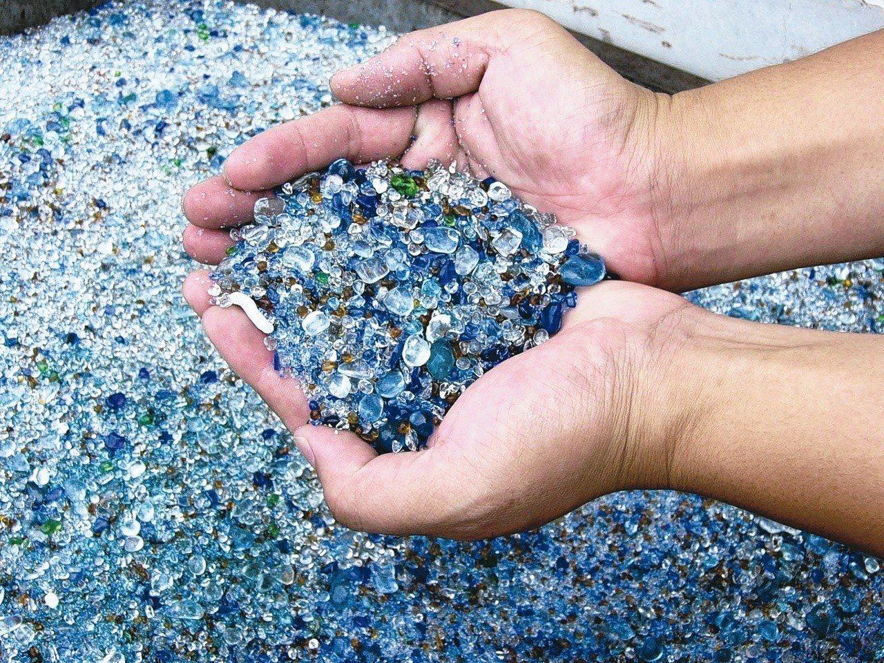 玻璃回收價格太低,最後都被打成細細的玻璃砂,混在地磚或柏油路面。 圖/聯合報系資...
