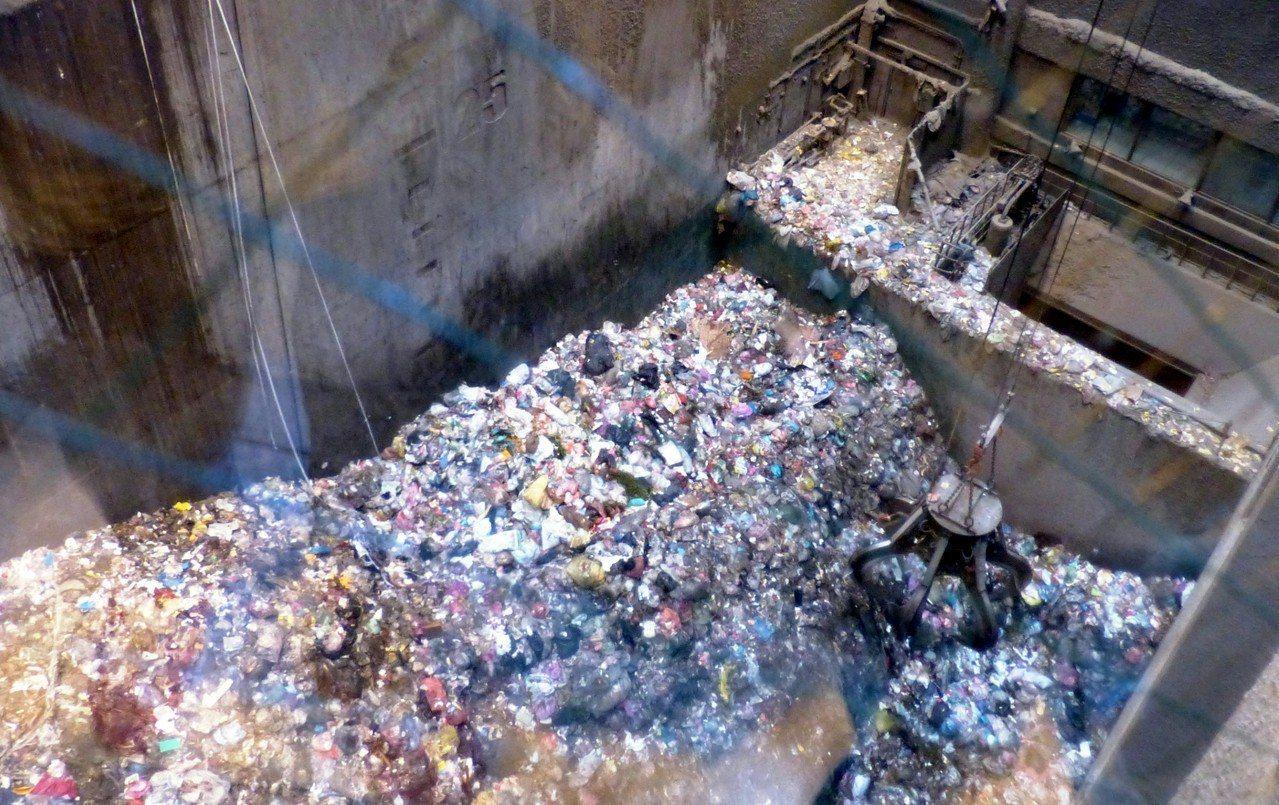 彰化縣焚化爐每年燒8萬噸塑膠,因薄塑膠回收價低,業者大多不肯收。 記者凌筠婷/攝...