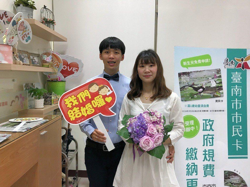 還是有新人不在乎黃曆,去戶政事務所登記結婚。 圖/台南市政府提供