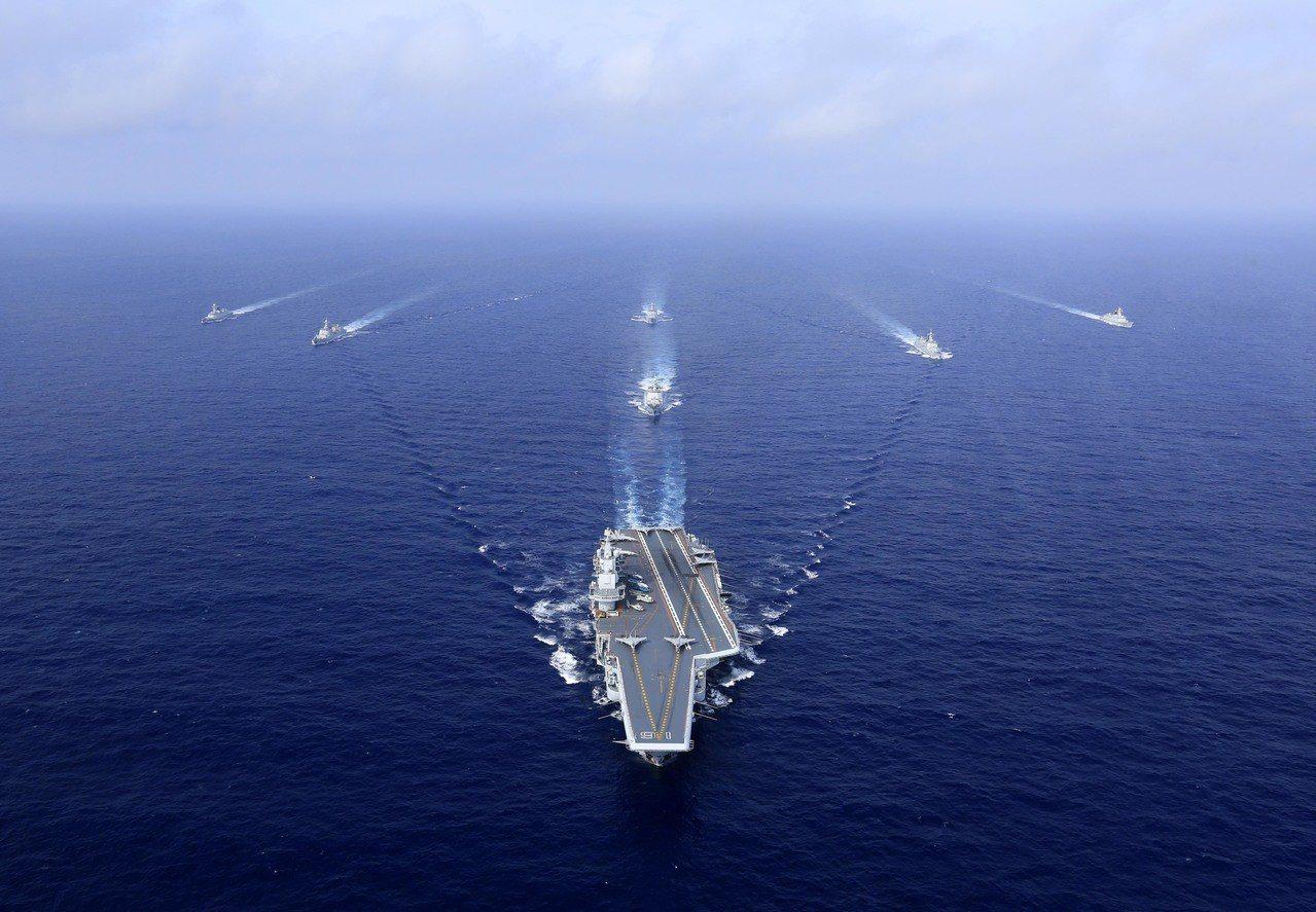 中共海軍遼寧艦航母編隊完成遠海實兵對抗訓練,返回青島航母軍港。 (中新社)