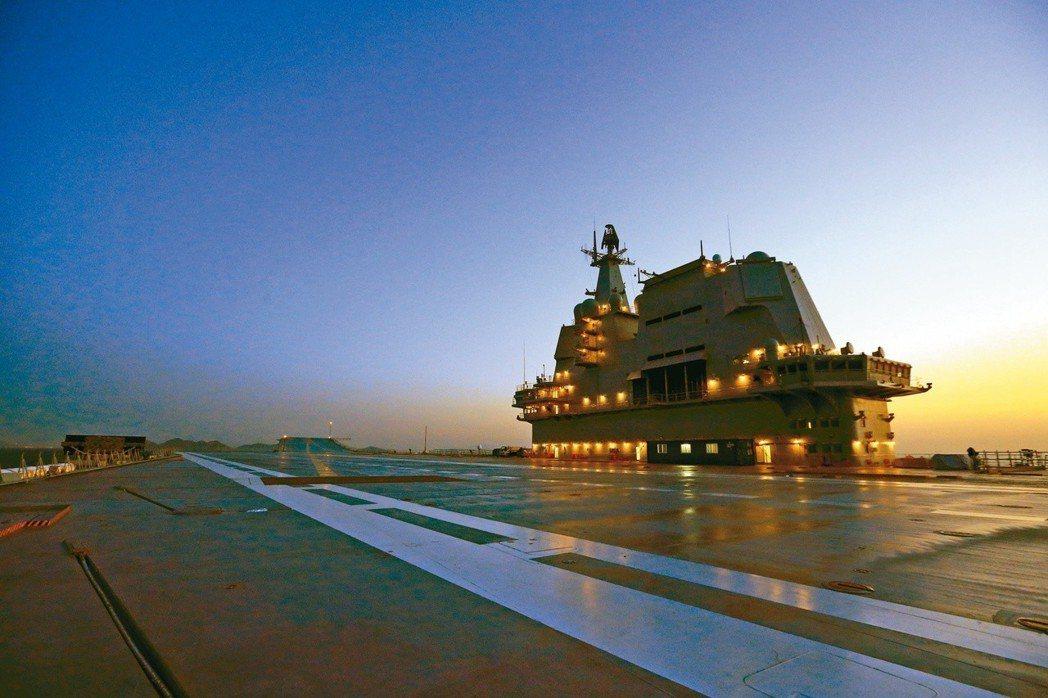 中共首艘自製航母完成為期五天的首次海上試驗任務,返抵大連造船廠碼頭。