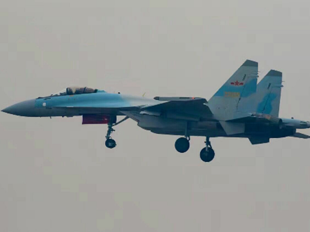 共軍的動作不斷,連續以順時針方向繞台飛行,Su-35戰機也參與部分航程。 圖/取...