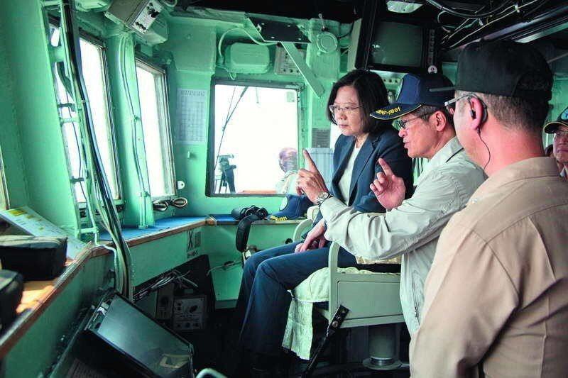 蔡英文總統(左)選在美、中強權對峙時間點後,到蘇澳進行海軍戰備抽測。 軍聞社