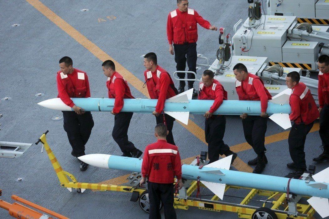 中共遼寧艦航母編隊連續跨越多個海區,分別在西太平洋、南海、東海等海域開展實戰化訓...