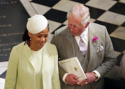 查理王子(右)費心照料隻身出席婚禮的親家母多莉亞‧拉格蘭(左)。 美聯社