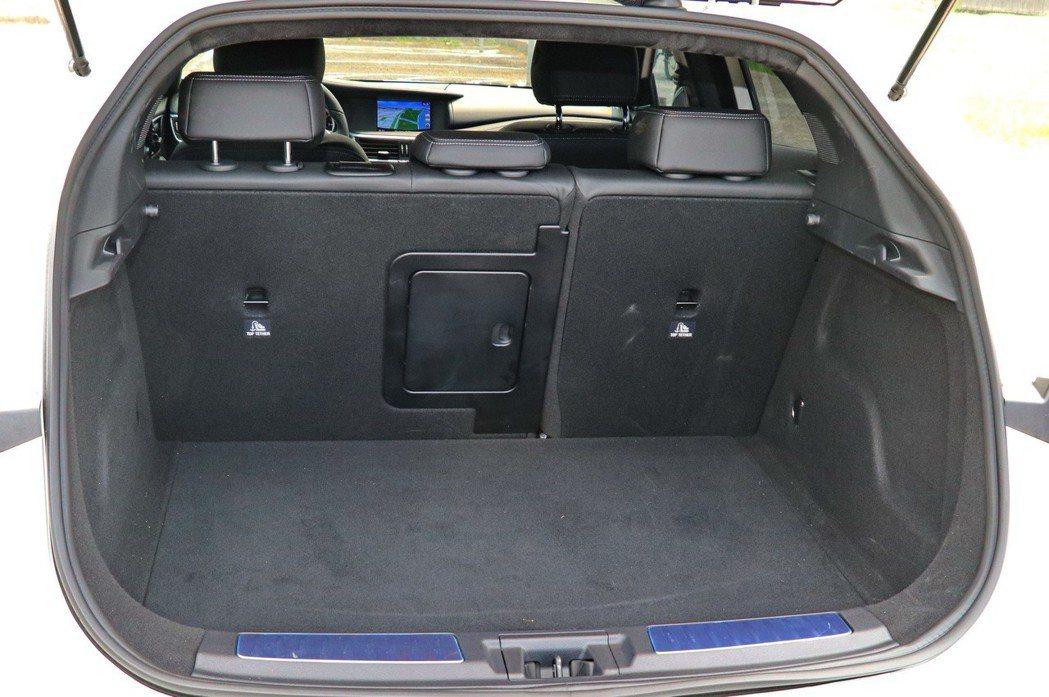 QX30後車廂空間為430L。 記者陳威任/攝影