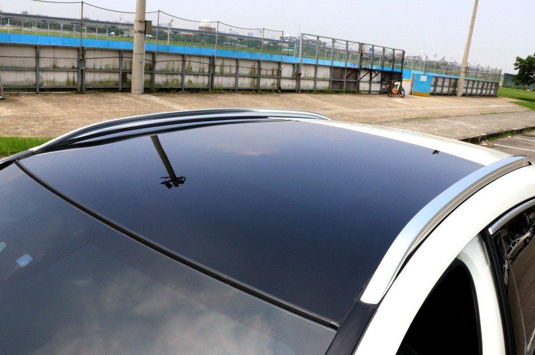 旗艦版配備有全景天窗,至少緩解了車頂壓迫感受。 記者陳威任/攝影