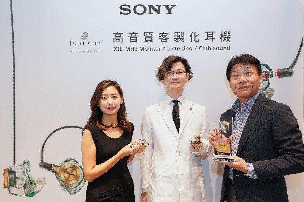 中間為前Sony第五代耳型職人松尾伴大